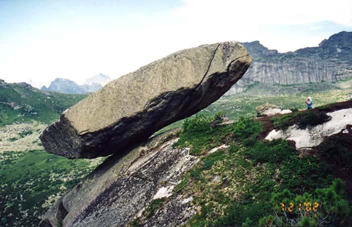 Висячий камень фото